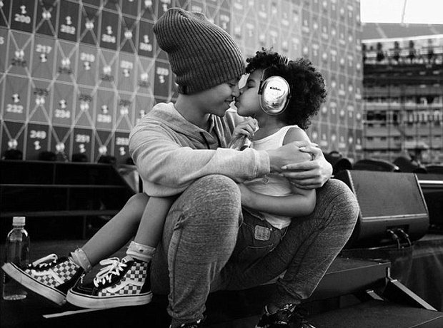 Beyonce and Blue Ivy cuddling without wedding ring